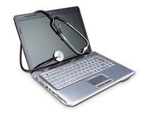 在诊断的一台现代膝上型计算机的听诊器。 免版税库存图片