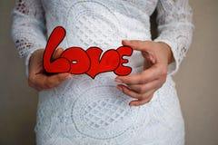 在词`爱`的手上 库存图片