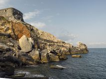 在诗人波尔图venere的海湾的岩石 库存照片