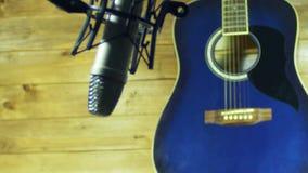 在话筒的记录的声学吉他在家庭演播室 影视素材