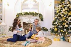 在诱惑交换礼物内的可爱的家庭假日在大 库存图片