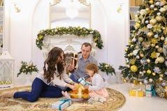 在诱惑交换礼物内的可爱的家庭假日在大 库存照片