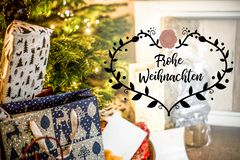在说发光的五颜六色的圣诞树设定背景庆祝的textspace的小礼物盒圣诞快乐德语 库存照片