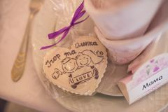 在说谎在一块白色板材的心脏形状的一婚礼bonbonniere 免版税库存照片