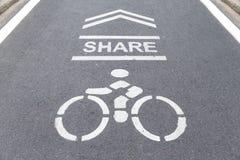 在请意味循环的途中的标志分享自行车的自行车车道 库存照片