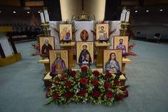 在诸圣日天严肃的装饰的教会法坛与象花卉蜡烛的 图库摄影