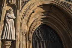 在诺威治大教堂的母亲朱利安雕塑 图库摄影
