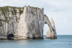 在诺曼底海岸的石曲拱在法国 免版税库存照片