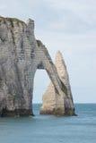 在诺曼底海岸的石曲拱在法国 库存照片