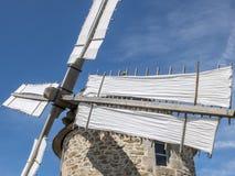 在诺曼底的海岸的一台老风车 石结构, woode 免版税库存照片