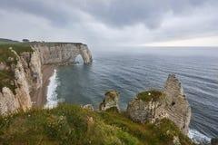 在诺曼底的海滩在与云彩的晴天沿岸航行 免版税库存照片