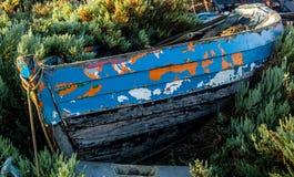 在诺福克码头区的五颜六色的被放弃的木小船 图库摄影