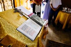 在读书书桌上的圣经或讲演台、神圣的讲演台在用金黄带状装饰装饰的教会里和装饰品 免版税库存图片