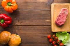 在调味料和新鲜蔬菜的生肉 免版税库存照片