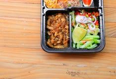 在调味汁甜点的猪肉与柠檬片,在箱子黑色泰国样式食物的菜没有木桌背景 库存照片