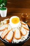 在调味汁的烤红色猪肉用在餐桌被安置的米 图库摄影