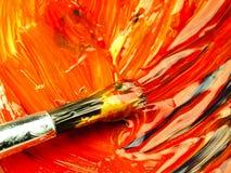 在调色板混合的色的油漆 在前景的肮脏的刷子 免版税图库摄影