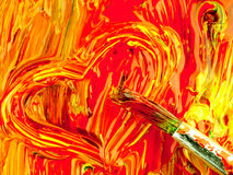 在调色板混合的色的油漆 肮脏的刷子和心脏形状 库存图片
