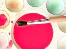 在调色板的艺术刷子混杂的油漆 免版税库存图片