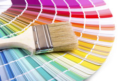 在调色板颜色指南的油漆刷 免版税库存照片