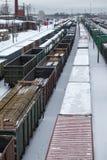在调车场的无盖货车在冬天 库存图片