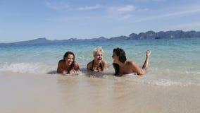 在谈话的海滩,少妇笑的游人通信的水中的女孩 股票视频