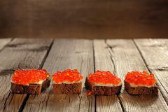 在谋生的黑麦的红色鱼子酱 免版税图库摄影
