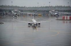 在谢列梅捷沃国际机场,莫斯科的飞机 图库摄影