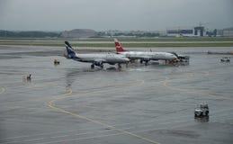 在谢列梅捷沃国际机场,莫斯科的飞机 免版税图库摄影