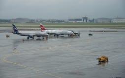 在谢列梅捷沃国际机场,莫斯科的飞机 库存照片