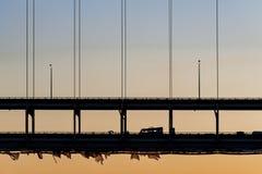 在谢尔曼Minton桥梁-俄亥俄河、路易斯维尔、肯塔基&新的阿尔巴尼,印第安纳的日落 库存照片