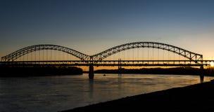在谢尔曼Minton桥梁-俄亥俄河、路易斯维尔、肯塔基&新的阿尔巴尼,印第安纳的日落 库存图片
