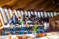 在谢拉格山全景餐馆, Lysefjorden海湾的美丽的景色 Forsand,罗加兰,挪威 免版税库存照片