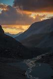 在谷下的日落在高山 库存图片
