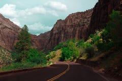 在谷峡谷的沥青空的路 免版税图库摄影
