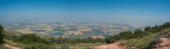在谷的全景从山土坎 库存图片