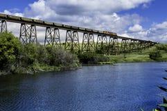 在谷的火车桥梁 免版税库存图片