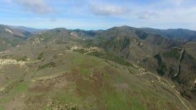 在谷的直升机飞行与森林和山 影视素材