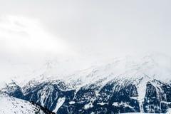在谷的美丽的景色在滑雪胜地在瑞士阿尔卑斯 免版税库存图片