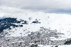 在谷的美丽的景色在滑雪胜地在瑞士阿尔卑斯 免版税库存照片