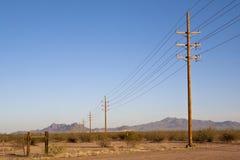 在谷的输电线 免版税库存图片
