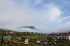 在谷的雾在村庄 早晨 免版税库存图片