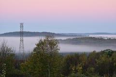 在谷的雾在黎明 免版税库存照片