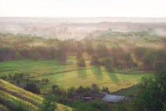 在谷的晴朗的有雾的早晨 免版税库存照片