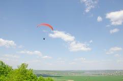 在谷的滑翔伞在山Karatchoun 免版税图库摄影
