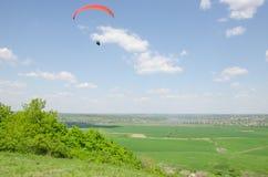 在谷的滑翔伞在山Karatchoun 库存图片