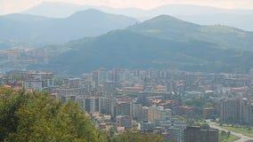 在谷,在后面,西班牙的绿色山的毕尔巴鄂市鸟瞰图 股票录像