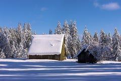 在谷仓屋顶分层堆积的雪 免版税库存照片