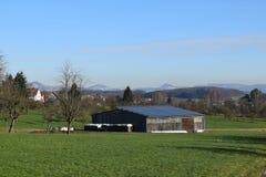 在谷仓的太阳电池板 库存照片