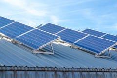 在谷仓的太阳细胞 免版税库存照片